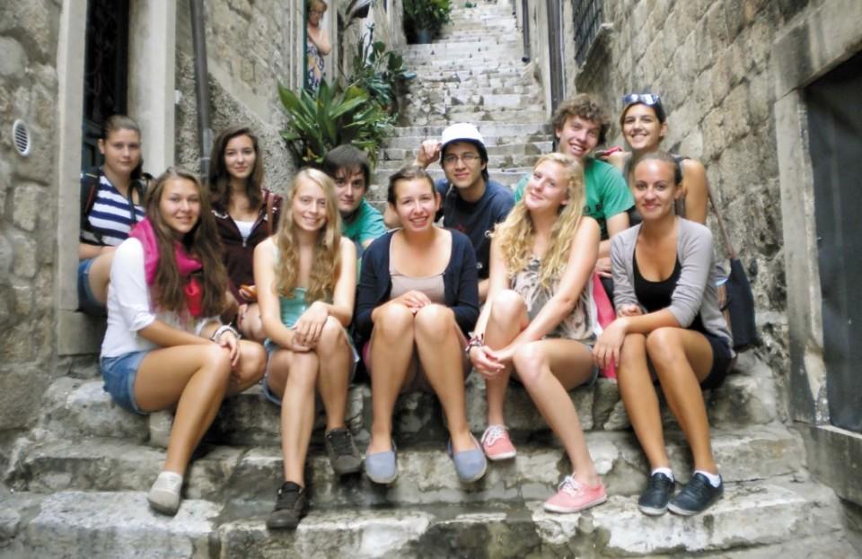 Sadašnji i bivši školari Panonske gimnazije u Gornoj Pulji pred uredom Matice hrvatske u Dubrovniku